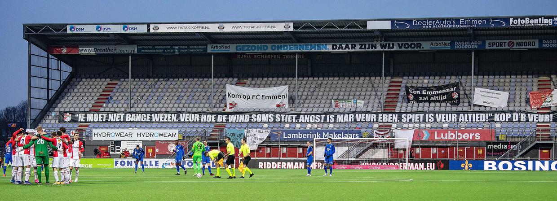 16 januari, voorafgaand aan FCEmmen-Vitesse. Het spandoek in dialect mag niet baten: het wordt 1-4. Beeld Guus Dubbelman / de Volkskrant