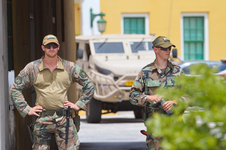 Nederlandse militairen staan wacht bij het het regeringsgebouw Fort Amsterdam.  Beeld ANP