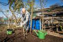 Mostal Zeroual bezig in zijn tuin bij de volkstuintjes in Asten.
