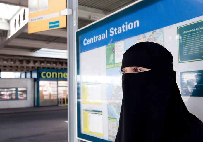 Een moslima in nikaab, een vorm van gezichtsbedekkende kleding