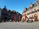 Het terras is nog niet open, dan maar zitten op de grond op de Grote Markt.