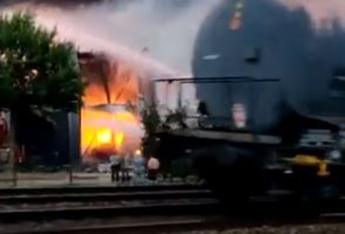Goederentrein passeert brand bij Fire-Up in Oisterwijk