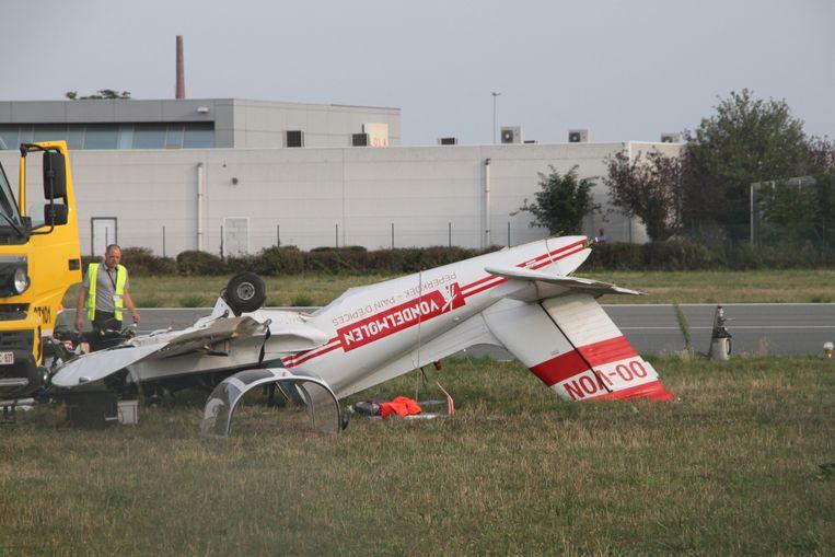 Het vliegtuigje belandde ondersteboven.