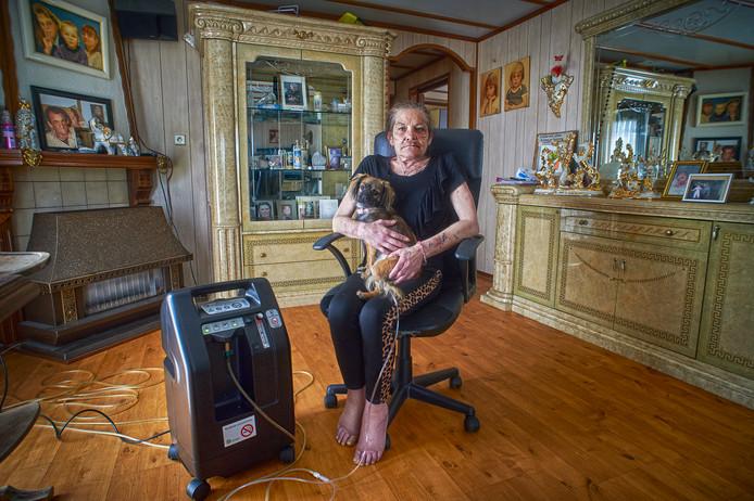 Annie Reuvers met haar hond op schoot.