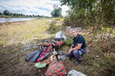 Toezichthouder Emmanuel Wijman vond al heel wat grote spullen langs de Maas.