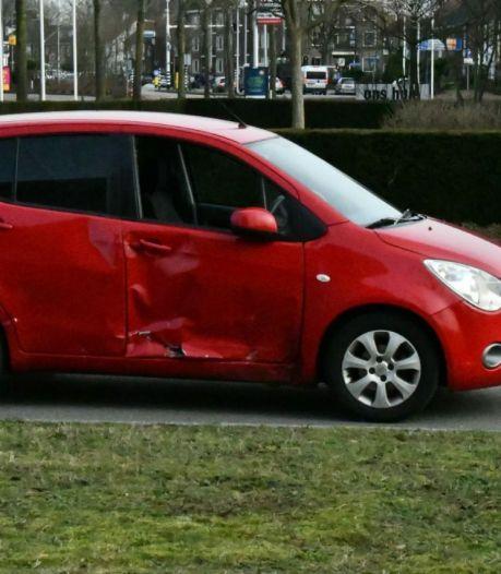 Motorrijdster gewond naar ziekenhuis door aanrijding in Enschede