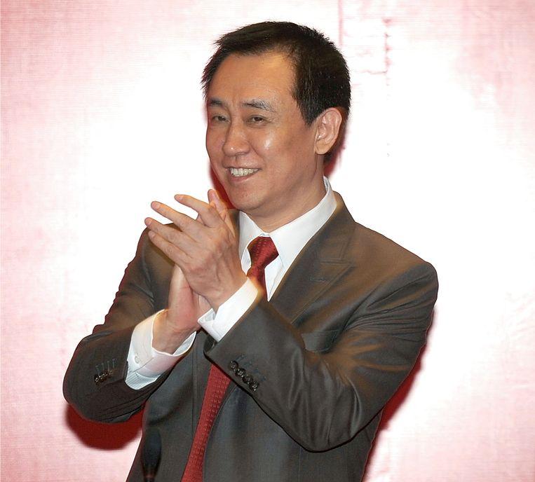 Hui Ka Yan, de oprichter van vastgoedbedrijf Evergrande, bezoekt in 2015 zijn voetbalclub, genaamd Guangzhou Evergrande. Beeld AP