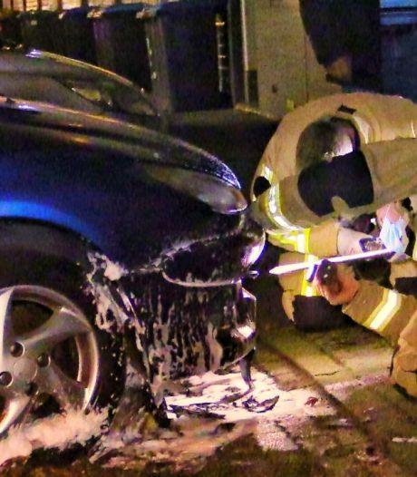 Vuurwerk vermoedelijke oorzaak van 52e autobrand in Enschede