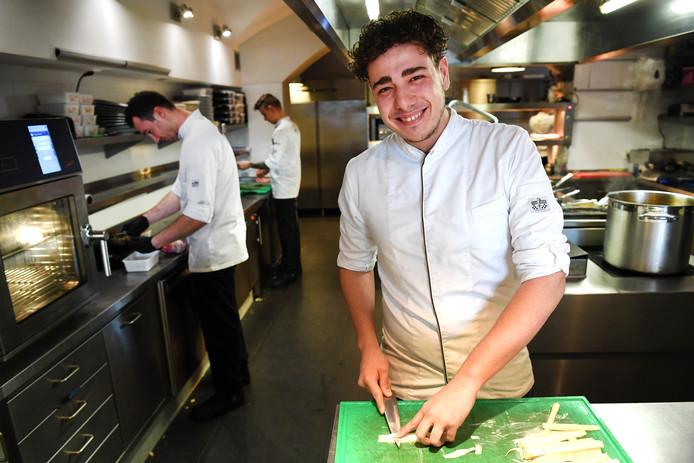 Sebastiaan Follong aan het werk in de keuken van restaurant Monarh in Tilburg.