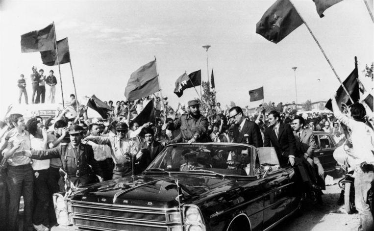 Fidel Castro (links) met de Chileense president Salvador Allende in Chili, in 1971.  Beeld AP