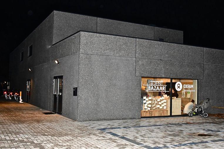 Gevel van de nieuwe wereldwinkel met achteraan jeugdhuis Jakkedoe