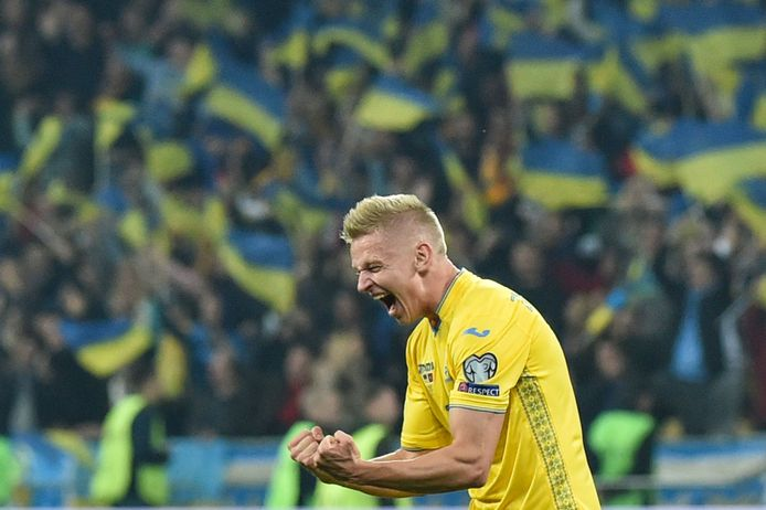 Oleksandr Zintsjenko, speler van Manchester City (en ex-PSV) juicht. Oekraïne heeft zich geplaatst voor het EK.
