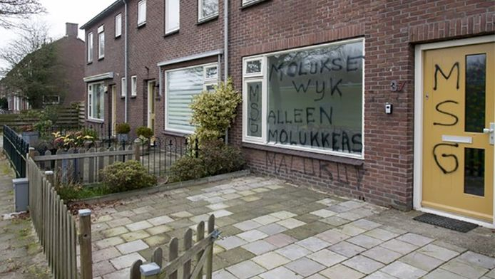 Het huis aan de Ebbingestraat in Hoogeveen, beklad met grote leuzen