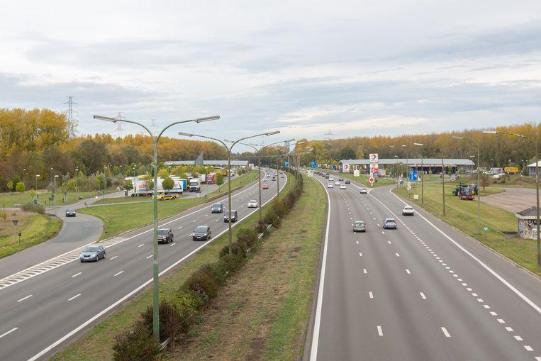 Het ongeval gebeurde bij het verlaten van het parkeerterrein langs de R0 in Ruisbroek.