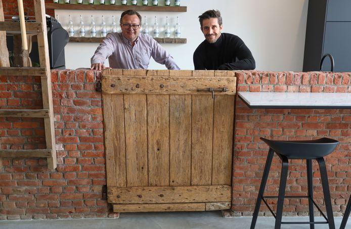 Ontwerper Wim van Acker (links) en mede-eigenaar Barry Sutin in de koffiehoek van Stal 13.