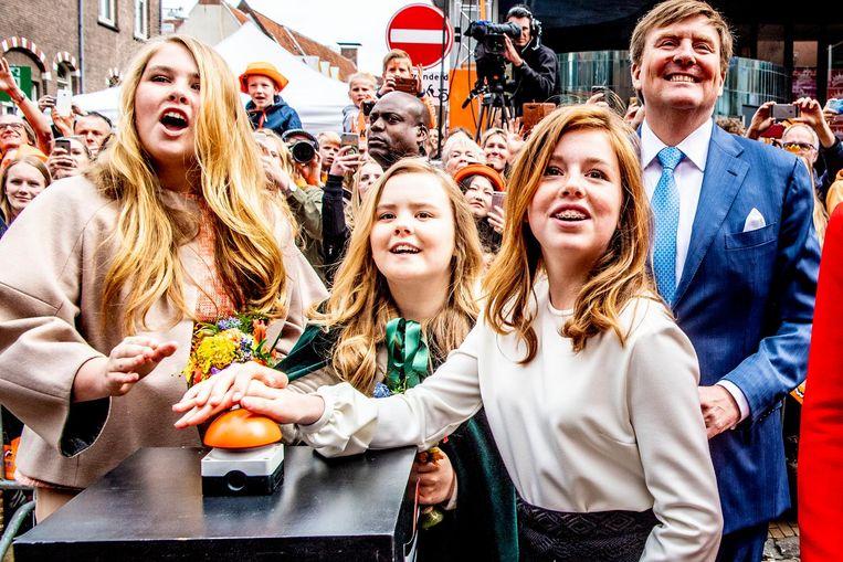 Prinses Amalia, prinses Ariane, prinses Alexia en koning Willem-Alexander tijdens Koningsdag in Groningen Beeld anp