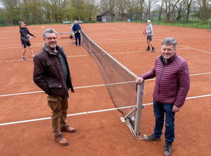 Sjaak Wattel (l) en Johan Groenenberg verwachten veel nieuwe leden als de twee nieuwe padelbanen over een paar maanden klaar zijn.