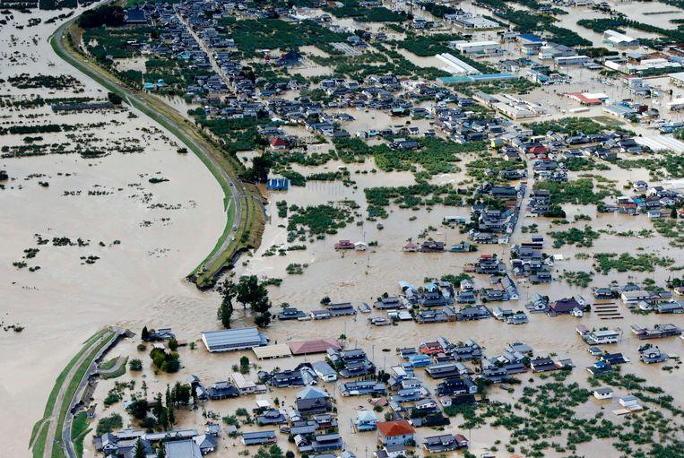 Ook in het hart van Japan hield de tyfoon huis. Een dijkdoorbraak bij Nagano zorgde ervoor dat hele woonwijken onder water kwamen te staan.