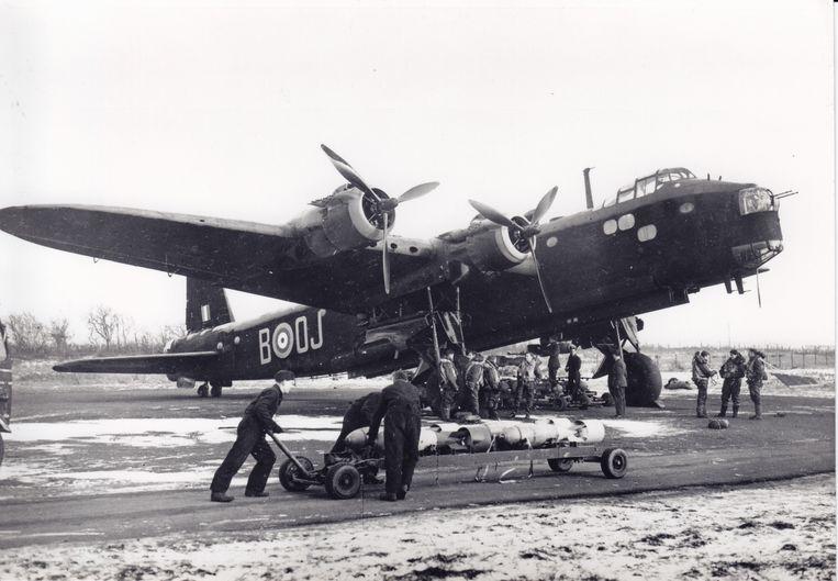 Grondpersoneel van de Royal Air Force rolt een trolley beladen met bommen naar een gestationeerde Short Stirling.  Beeld Collectie Gerard Groeneveld