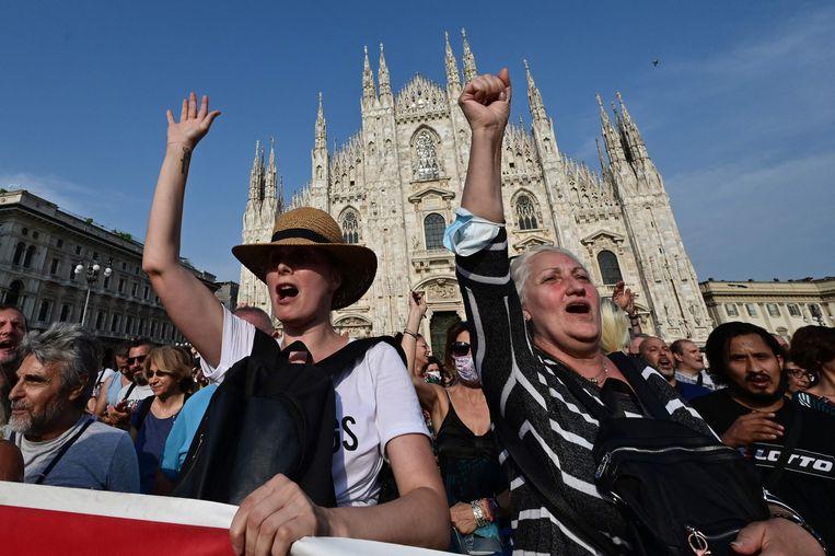 Demonstranten tegen de coronapas op het Piazza Duomo in Milaan. Beeld AFP