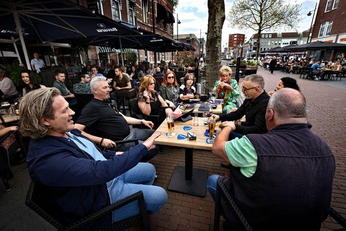 Zo kan het ook: Moederdag vieren op het terras in Helmond. De familie van Miet, die op de Markt een kledingzaak heeft, geniet van een hapje en een drankje.