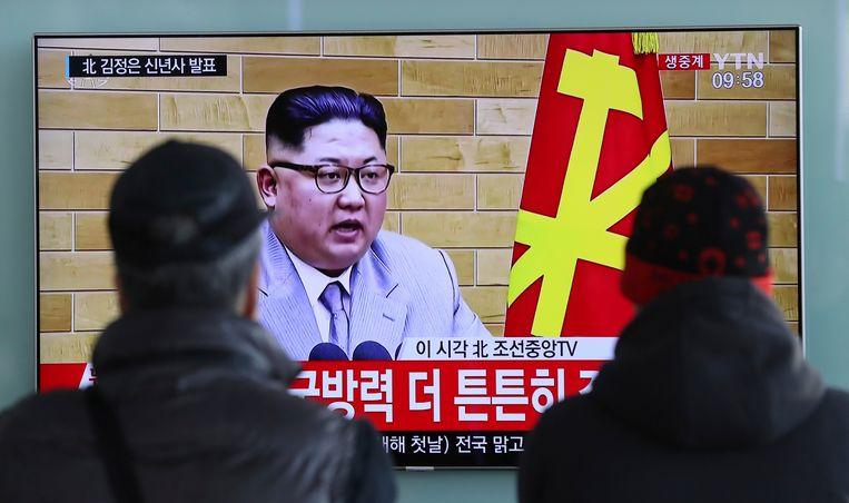 Zuid-Koreanen bekijken een nieuwsuitzending met de Noord-Koreaanse leider Kim Jong-un, op nieuwjaarsdag in Seoel.