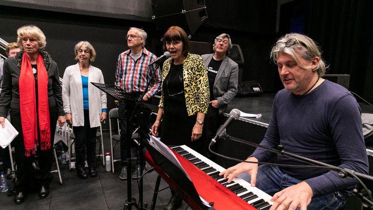 Ouderenrockkoor My Generation oefent in Hoofddorp, onder leiding van koorregisseur Boris Kothuis. Beeld Dingena Mol