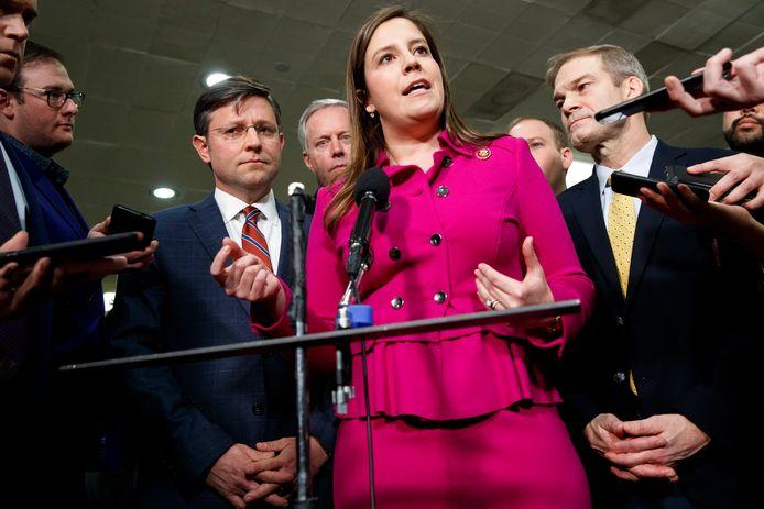 Elise Stefanik (midden), de tegenkandidate van Cheney, voor het voorzitterschap van de Republikeinse conferentie in het Huis.