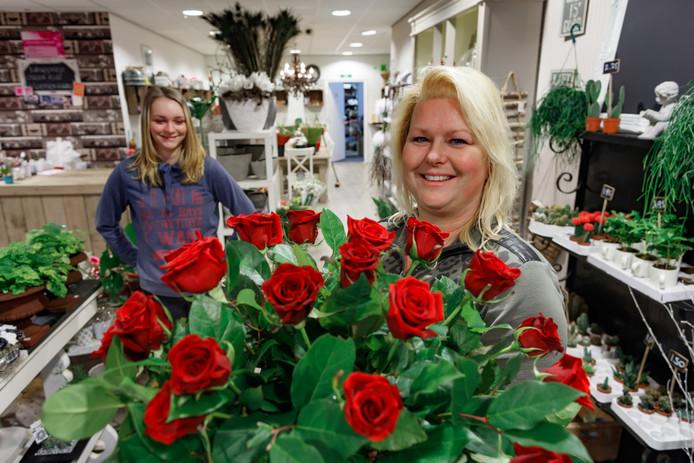 Bloemiste Jolanda met de populaire rode rozen.