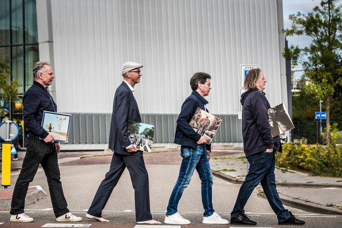 Het Industrieplein in Hengelo tover je met een beetje fantasie om in Abbey Road. Vlnr. Bert Otten , Andre Vis , Gerard ter Hedde en Theo Hakkert.