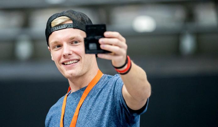 Vlogger Enzo Knol tijdens het NK Turnen in de Rotterdamse Ahoy Hal