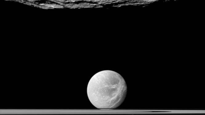 """""""Saturnusmaan Dione verbergt een oceaan onder het ijs"""""""