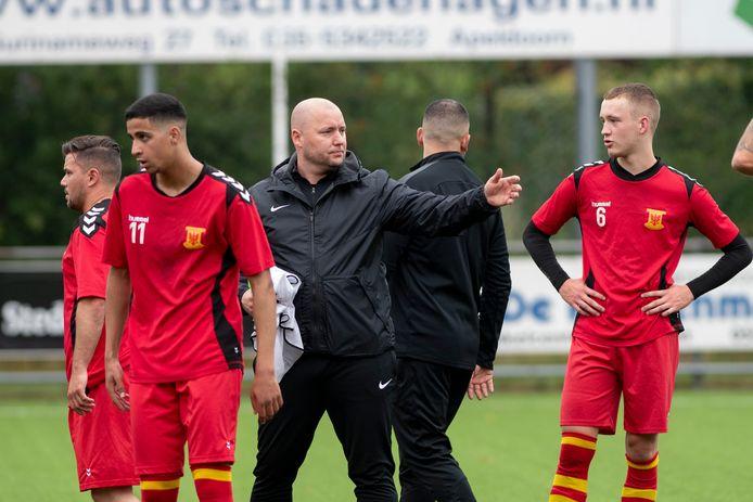 Apeldoornse Boys-trainer Stephan Quack vindt het een uitdaging om te werken met spelers met een deukje: 'Ik ben zelf ook een jongen van de straat'.
