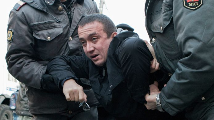 Aleksandr Dolmatov, de Russische asielzoeker die zelfmoord pleegde in een detentiecentrum in Rotterdam. Hier wordt hij door de Russische politie afgevoerd tijdens demonstraties in Moskou in 2011