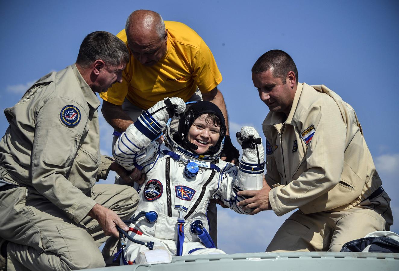 Grondpersoneel van NASA helpt Anne McClain uit de Soyuz MS-11 capsule na terugkeer op aarde.