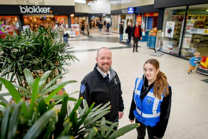 Beveiliger Henk-Jan van der Holst en stagiaire Floor Wevers in Winkelcentrum-Zuid.