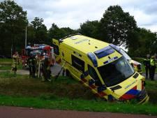Ambulance met patiënt erin vliegt vlak voor aankomst bij ziekenhuis uit de bocht in Almelo