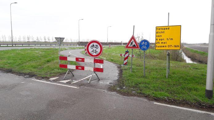 Afgesloten fietspad langs de Westkade richting Sas van Gent, bij de afslag naar Zandstraat.
