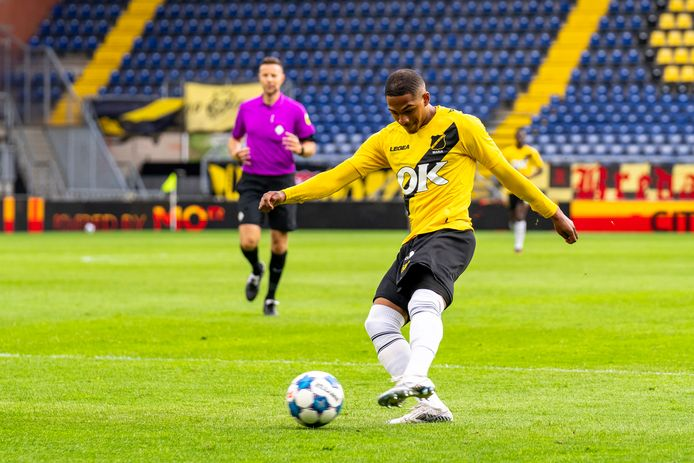 Michaël Maria legt aan voor zijn treffer tegen FC Volendam in de play-offs.