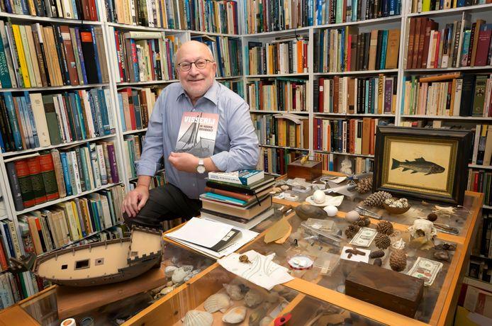 Auteur Piet Martens uit Oosterhout met zijn derde boek 'Visserij in Noord-Brabant'.