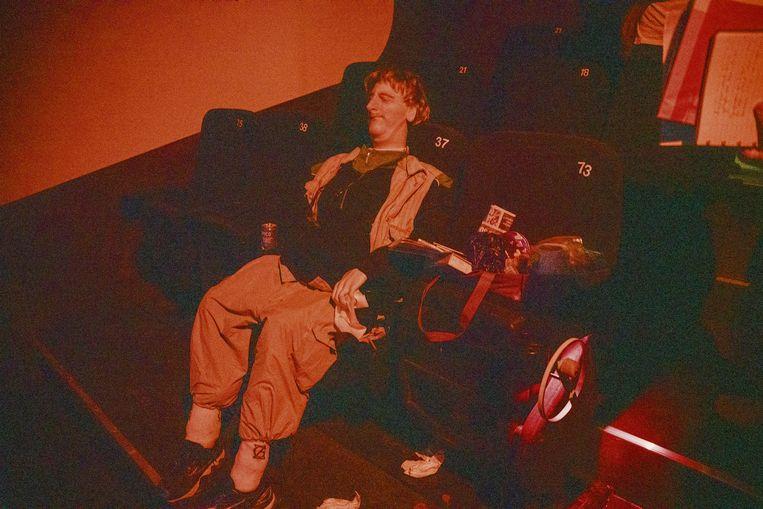 Het MIMA recreëert het balkon van de pornocinema integraal, inclusief die grimmige man die met zijn hand in zijn broek zit en enkel wc-papier als compagnon heeft.  Beeld Wouter Van Vooren