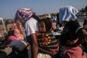Migranten in het opvangkamp op Lesbos, Griekenland.  Veel migranten en vluchtelingen bleven dakloos nadat een brand het overvolle Moria-kamp had verwoest.