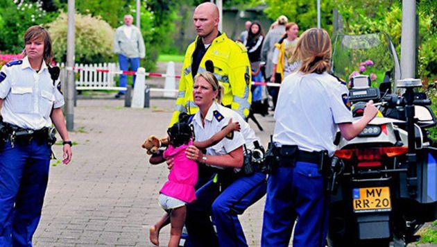 Het dochtertje van Carolina (3), wordt kort na het incident opgevangen door de politie.