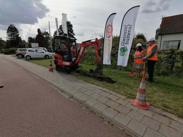 Net buiten Heerle werd maandag de officiële eerste schop in de grond gestoken voor de aanleg van glasvezel in het Roosendaalse buitengebied.
