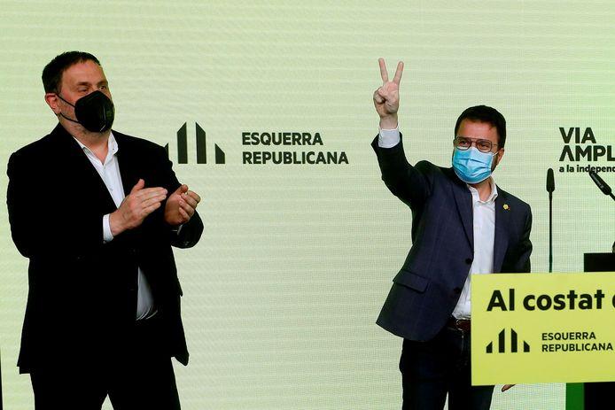 Pere Aragones (r.) bij de verkiezingsoverwinning gisterenavond, met naast hem Oriol Junqueras. Die moest na de verkiezingen zoals elke avond opnieuw naar de gevangenis.