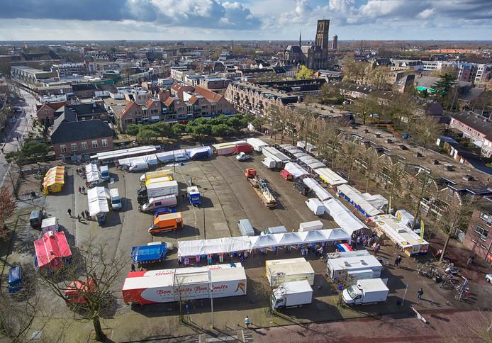 De dinsdagmarkt in Oss, vanuit de lucht gezien.