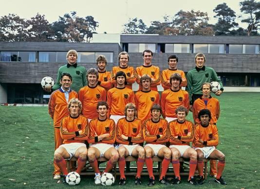 De selectie van het Nederlands elftal voor de EK-kwalificatiewedstrijd tegen Polen. Oktober 1979. Jan Zwartkruis staat in de middelste rij, geheel links.