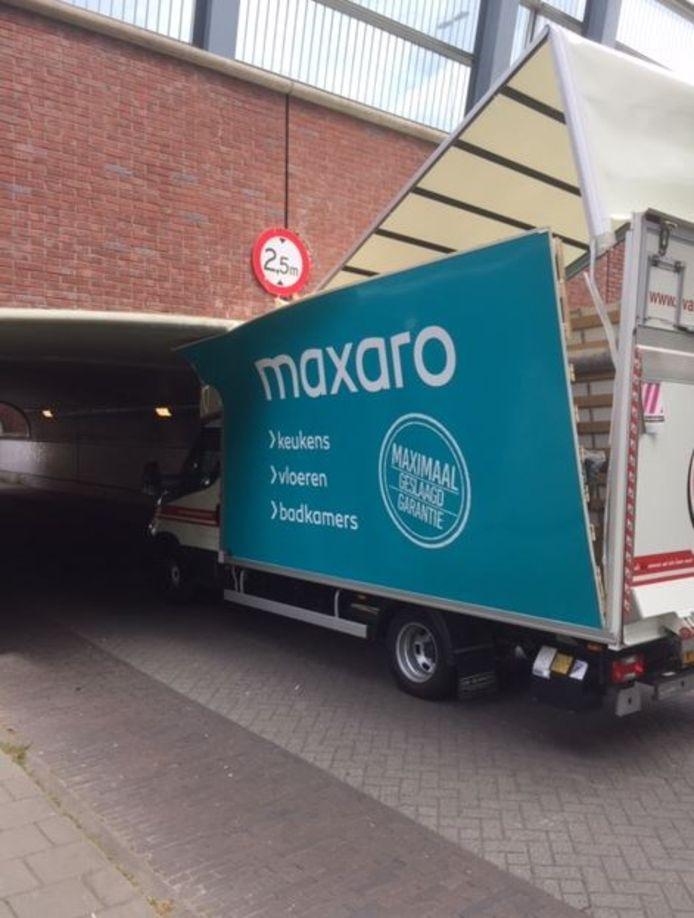 Opnieuw rijdt een chauffeur zich in een tunnel bij Maarn vast.