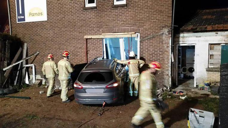 De Ford Mondeo boorde zich ter hoogte van de keuken in het huis aan de Rijksweg in Lanklaar.