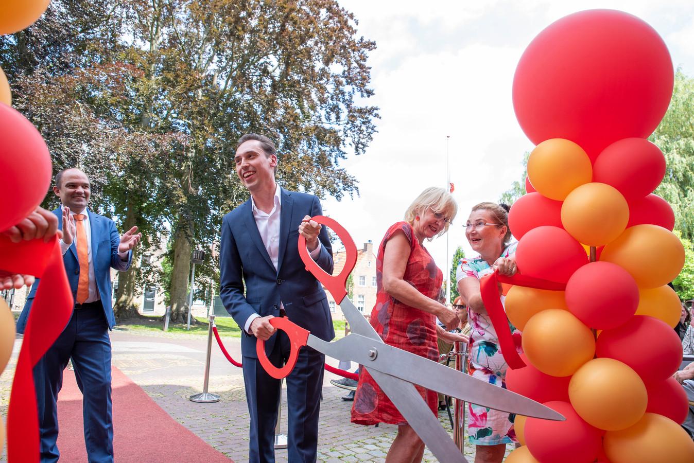 Stijn Smeulders (met schaar), nieuwe cultuurbestuurder in Brabant.